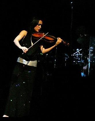 Lucia Micarelli - Lucia Micarelli playing the violin during Josh Groban's 2007 concert in the Palais des Congrès, in Paris.
