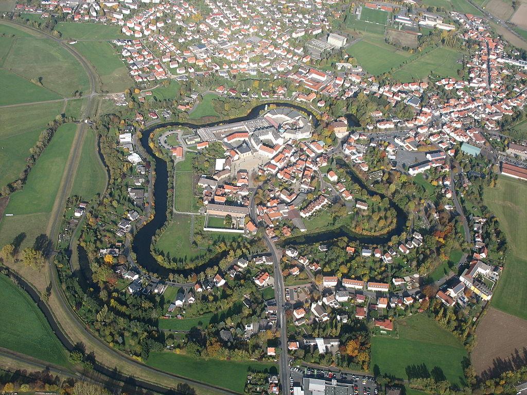 1024px-Luftbild_Wasserfestung_Ziegenhain.JPG