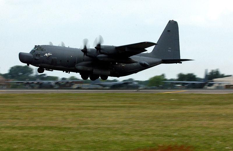 Un avión de apoyo a operaciones especiales MC-130H Combat Talon II con su distintivo radomo frontal.