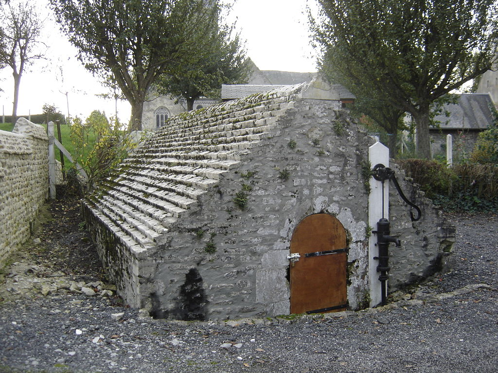 Magny-en-Bessin, fontaine de la Gronde.JPG