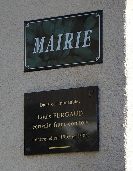 Plaques se trouvant sur la mairie de la commune de Durnes, France. La plaque du dessous fait mention du passage de l'écrivain Louis Pergaud en tant qu'enseignant dans la commune.