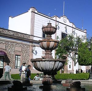 Zitácuaro - Fountain on the zócalo and municipal palace