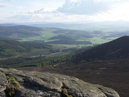 Bennachieの高さからローマのキャンプが置かれていた低地に向かって見た農村のアバディーンシャイア。