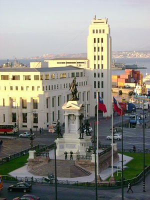 Plaza Sotomayor - Monument dedicated to the Héroes de Iquique