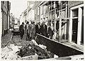 Mr. Pieter van Vollenhoven met loco-burgemeester Ab van Schooten op het Klein Heiligland naar het eerste pand dat in Haarlem volgens de nieuwe restauratieregels wordt gefinancierd. NL-HlmNHA 54020715.JPG