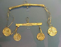 Χρυσά σκουλαρίκια από τις Μυκήνες. Αθήνα, Εθνικό Αρχαιολογικό Μουσείο