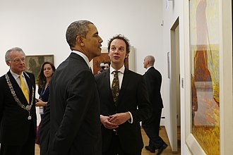 Jozias van Aartsen - Van Aartsen standing behind U.S. President Barack Obama during his visit to the Gemeentemuseum Den Haag, 2014