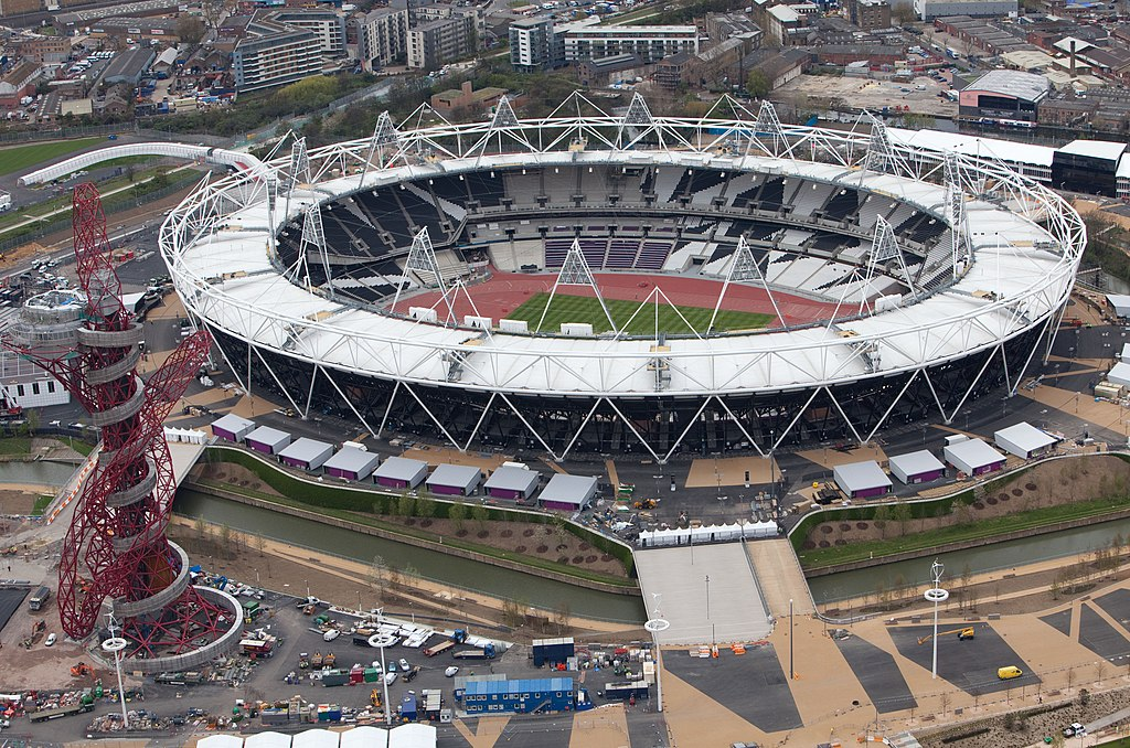 https://upload.wikimedia.org/wikipedia/commons/thumb/3/3c/Olympic_Stadium%2C_London%2C_16_April_2012.jpg/1024px-Olympic_Stadium%2C_London%2C_16_April_2012.jpg?uselang=ru