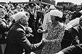 Op 21 augustus 1980 schudt de heer Lindenberg de vorstin de hand. Het echtpaar L, Bestanddeelnr 930-9767.jpg