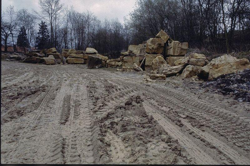 File:Opslagplaats met brokken natuursteen, gelegen in Munsterland, in de omgeving van de plaats Havixbeck - Unknown - 20379763 - RCE.jpg