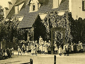 Ordrup Asyl - Children in front of Ordrup Asyl
