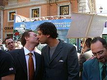 Coppia gay ad una manifestazione per le unioni civili