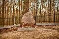 Pamiątkowy głaz narzutowy na Cmentarzu Wojennym w Nowodworze - Piaskach.jpg