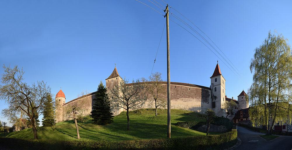 Panorama der Kernburg Harburg von Norden.jpg