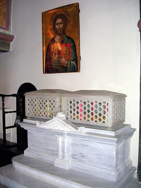 Мощи святителей Григория Богослова и Иоанна Златоуста в церкви святого Георгия в Стамбуле