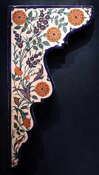 File:Periodo ottomano, mattonella con profilo arcuato e decoro floreale, izinik, 1570-75 ca.jpg
