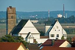 Ensemble Pfarrkirche St.Martin mit spätgotischem Fuggerschloss über den Dächern von Gablingen. Blick von der Nordwestseite