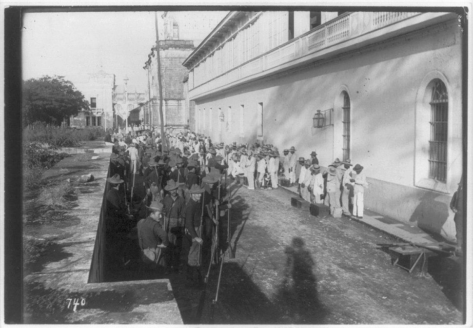 Philippines, Manila, 1899- U.S. soldiers and insurrecto prisoners at the cathedral, Walled City LCCN2005691616