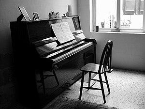 Os pianos modernos, embora não se diferenciem dos mais antigos no que se refere aos tons, trazem novos formatos estéticos e de materiais que compõe o instrumento.