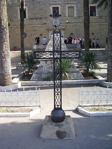צלב ברזל בכניסה לכנסיית סטלה מאריס