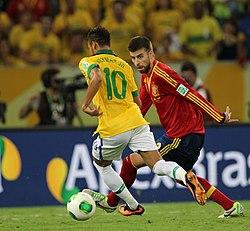 Piqué e Neymar disputam a bola na final da Copa das Confederações 2013 e34bca3bed8