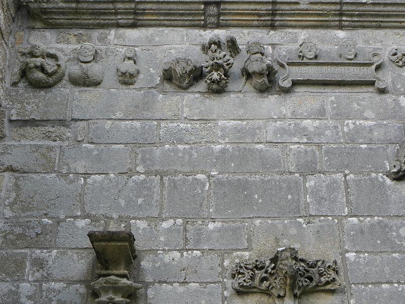 Chapelle Notre-Dame-des-Fleurs en Plouay (56). Détail de la frise sommant la porte de la costale sud de la nef.