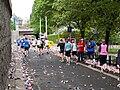 Pražský maraton, Nábřežní, občerstvovací stanice s běžci.jpg