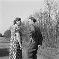 Prins Bernhard in gesprek met een boerin, Bestanddeelnr 900-2517.jpg