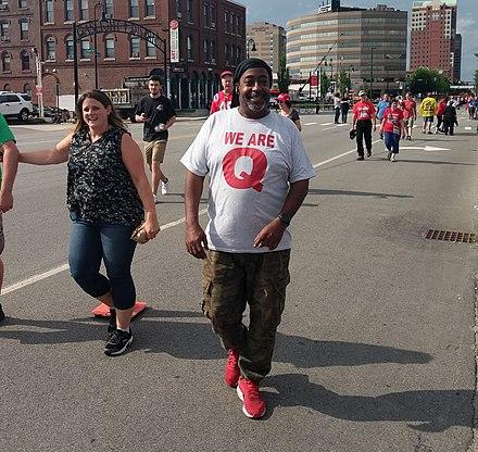 ニューハンプシャー州のトランプ集会で「We Are Q」のシャツを着た男性