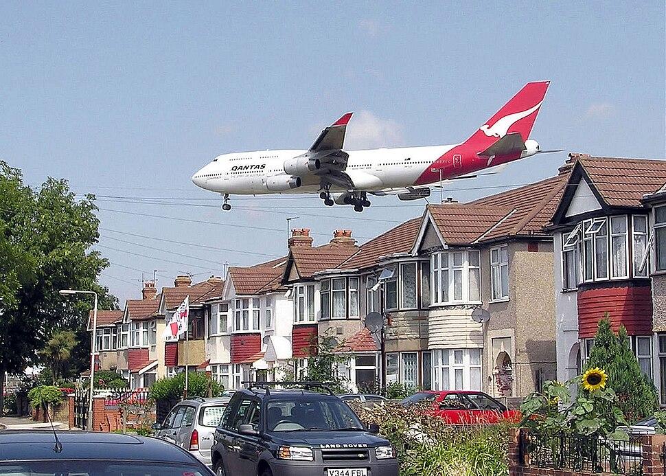 Qantas b747 over houses arp