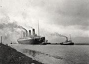 Titanic (vlevo) při zkouškách 2.dubna 1912