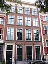 foto van Vier verdiepingen hoog pand met kroonlijst en deuromlijsting in eenvoudige Lodewijk XVI stijl, stoephek