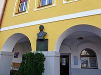 Rodný dům Fráni Šrámka a jeho busta s pamětní deskou.JPG