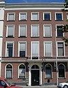 foto van Linker gedeelte van een negen vensterassen breed pand, met kroonlijst en, voor de bel-etage een balcon op consoles met gietijzeren hek