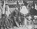 Russischer Photograph um 1900 - Eine kirgisische Familie in festlicher Tracht (Zeno Fotografie).jpg
