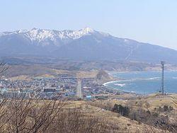 Panoramvido de Monto Apoi kaj Samani Town