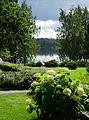 Serlachiuksen taidemuseon pihaa ja Melasjärvi.jpg