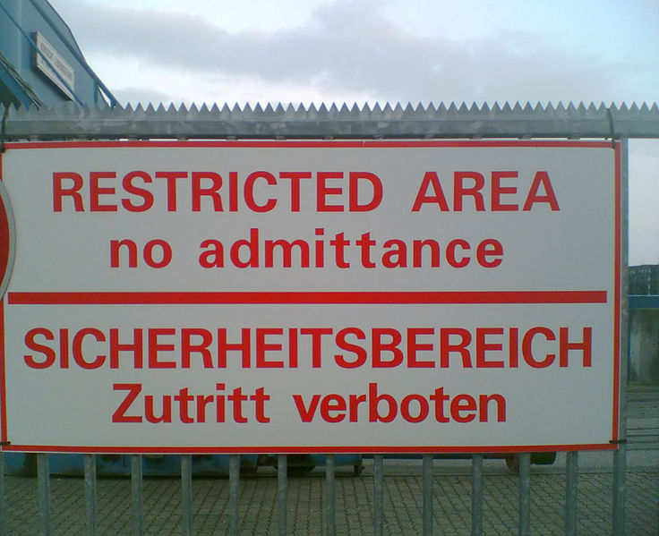 File:Sicherheitszaun Schild.jpg