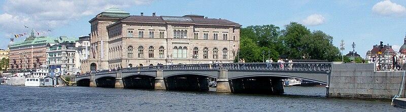 Skeppsholmsbron set fra Strømmen, længst til venstre ses Grand Hôtel, i billedcentrum rejser Nationalmuseum sig og længst til højre skimter bebyggelsen på Strandvejen, juni 2010