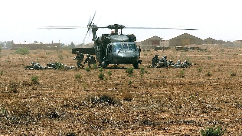 http://upload.wikimedia.org/wikipedia/commons/thumb/3/3c/Soldiers_exit_a_UH-60_Black_Hawk_helicopter_2007-06-05.jpg/800px-Soldiers_exit_a_UH-60_Black_Hawk_helicopter_2007-06-05.jpg