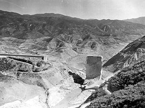 St. Francis Dam - The same view post collapse. The west (left) abutment was entirely swept away. The inactive San Francisquito Fault is clearly visible, being located along the contact zone of schist and conglomerate.