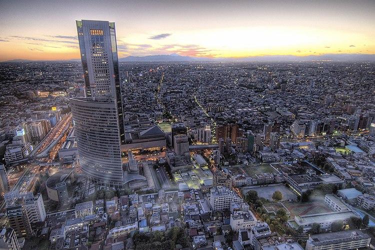 Vista del rascacielos Ciudad de la Ópera de Tokio desde el hotel Torre Park Shinjuku, se puede apreciar al fondo el monte Fuji con la puesta de sol.