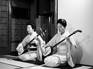 https://upload.wikimedia.org/wikipedia/commons/thumb/3/3c/Two_geishas_playing_shamisen.jpg/320px-Two_geishas_playing_shamisen.jpg