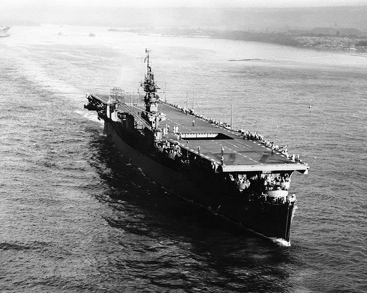 USS Belleau Wood (CVL-24) underway on 22 December 1943 (NH 97269)