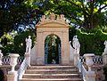 València, arc i escultures al jardí de Montfort.JPG
