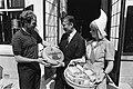 Van Agt ontvangt halfmiljoenste kilo Texelse kaas uit handen van schaatser Hilbe, Bestanddeelnr 932-1708.jpg