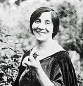 Голова и плечи портрет улыбающейся женщины средних лет