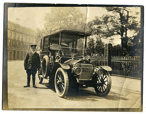 Wolseley-Siddeley limousine and chauffeur, London c1906-1907 (6724163767)