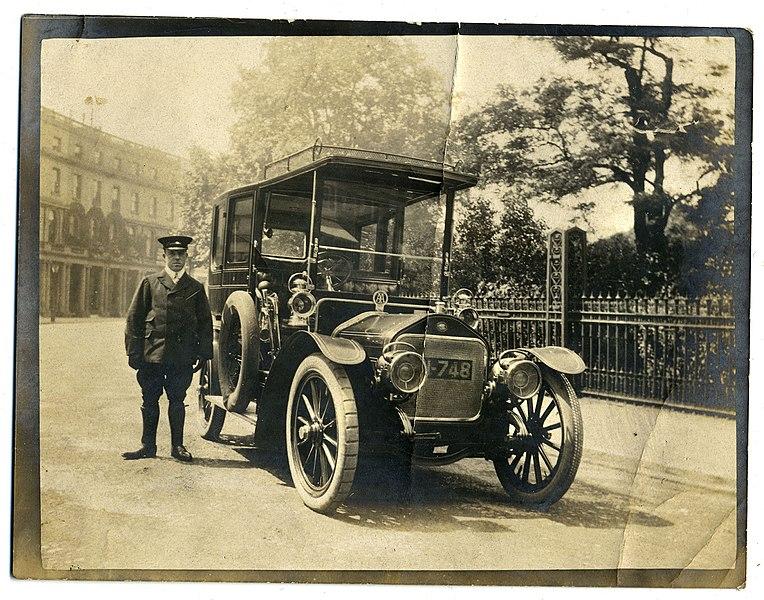 File:Wolseley-Siddeley limousine and chauffeur, London c1906-1907 (6724163767).jpg