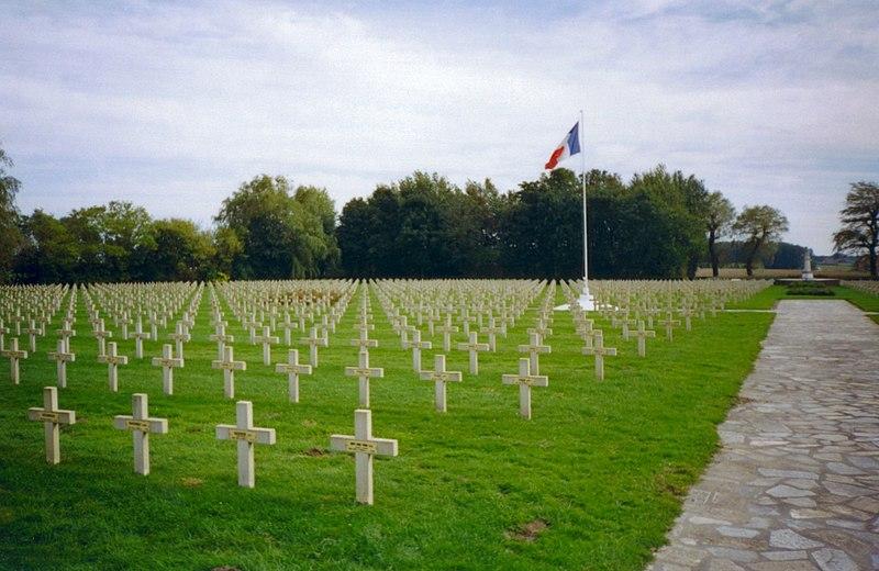 http://upload.wikimedia.org/wikipedia/commons/thumb/3/3c/Ypres-necropole-national-gravestones.redvers.jpg/800px-Ypres-necropole-national-gravestones.redvers.jpg